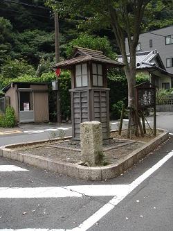 花沢の里(入口前の灯篭)
