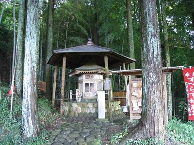 旧東海道金谷坂の石畳(すべらず地蔵尊)
