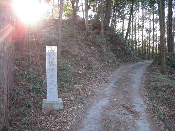 勝間田城跡(入口石碑)