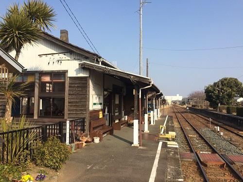 桜木駅ホームと駅舎(天浜線桜木駅)