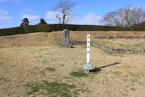 横須賀城天守台跡の碑