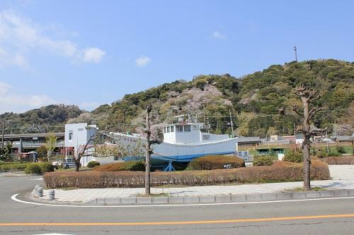 新蒲原駅前の船と御殿山
