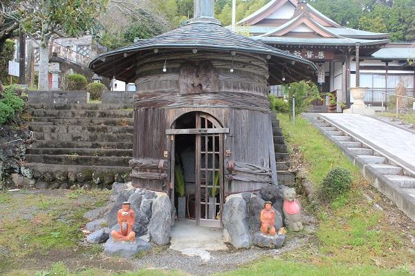 呑んべい地蔵とオブジェ(応声教院)