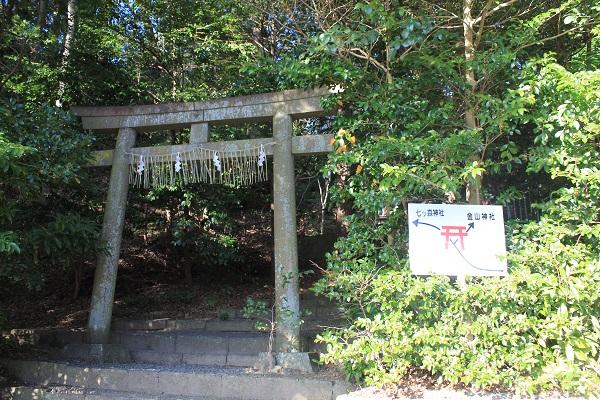 金山神社と七ツ森神社への看板(飽波神社)